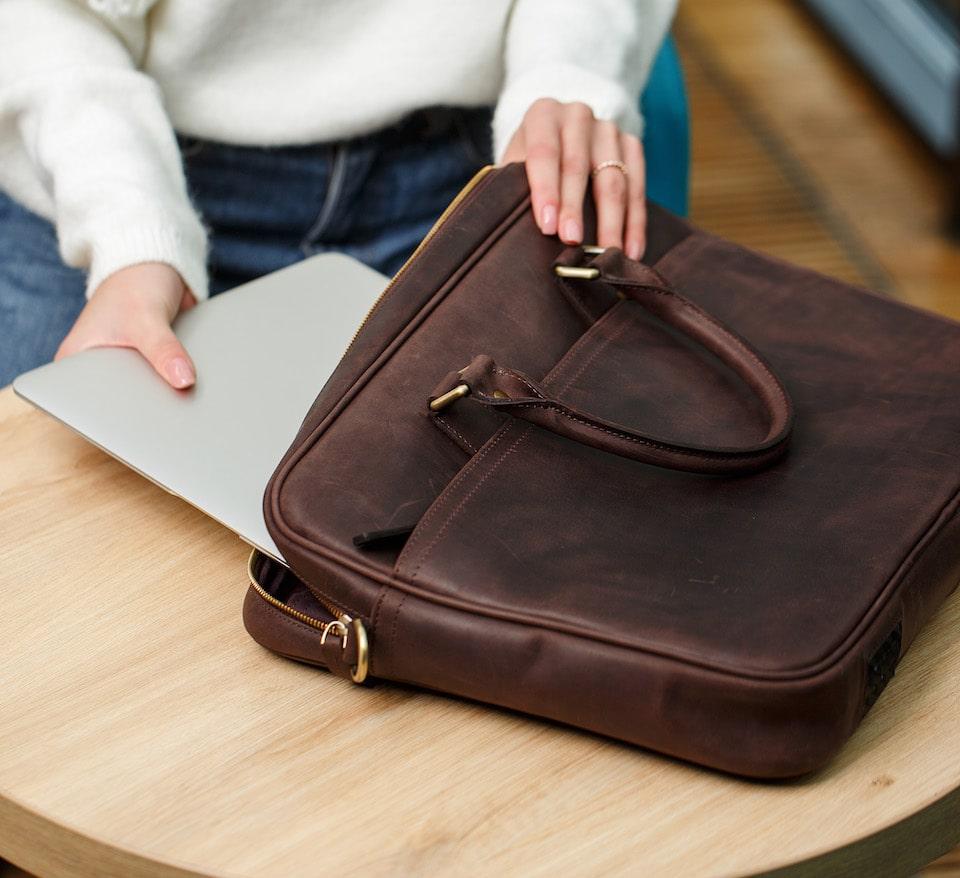 коричнева сумка для ноутбука