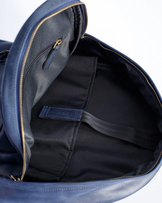 синій рюкзак всередині