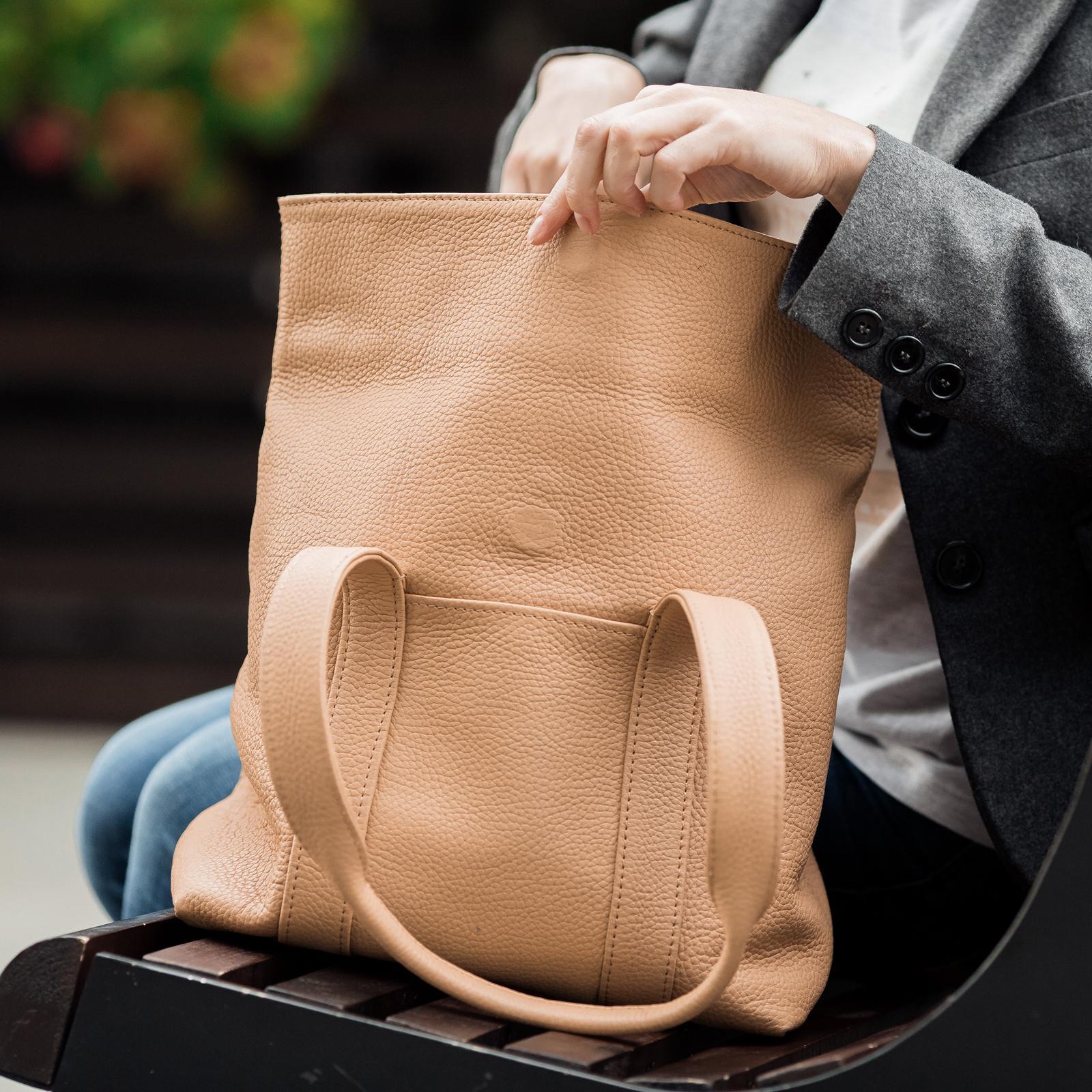 Фото: класична бежева шкіряна сумка