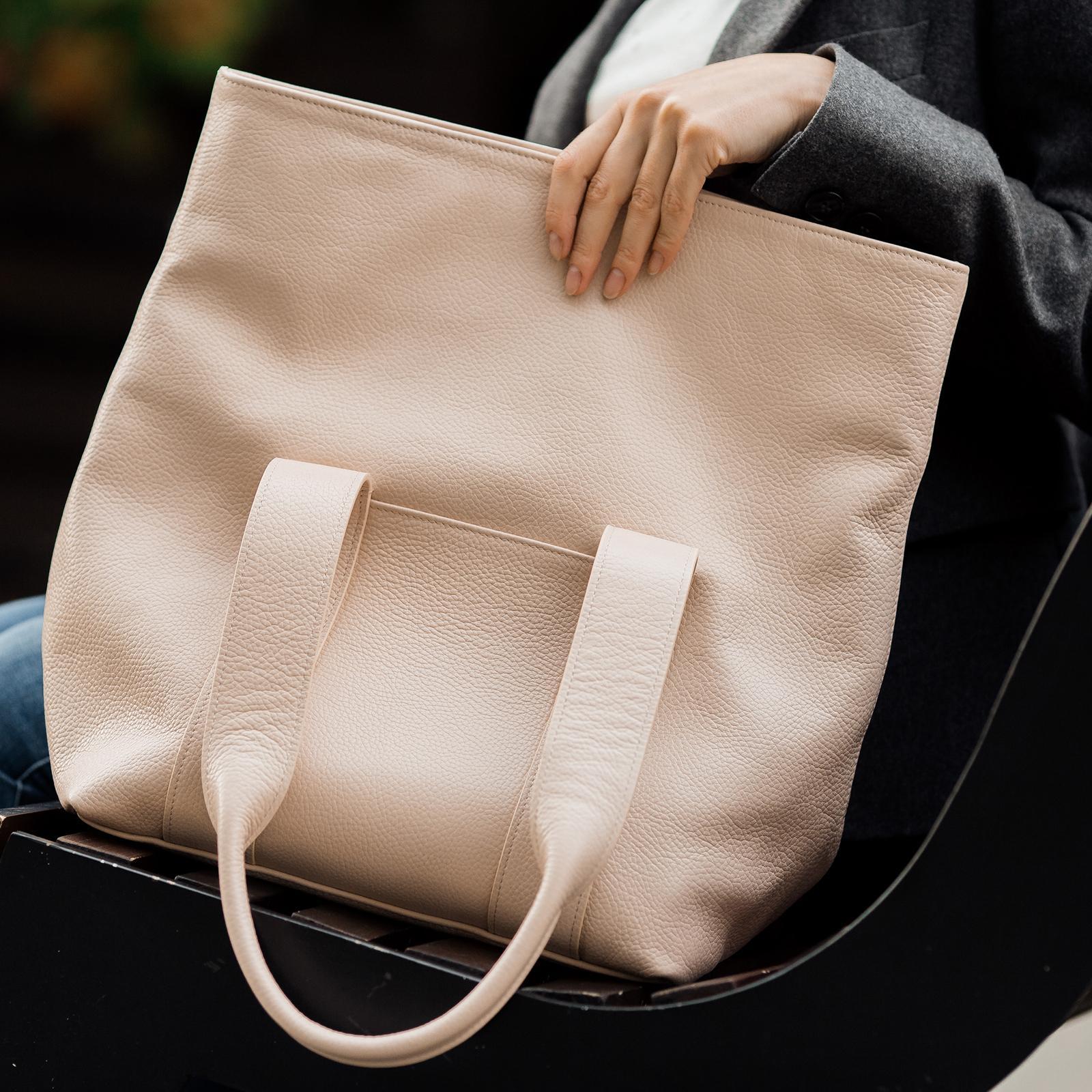 Фото: сумка під ноутбук шкіряна пудрова