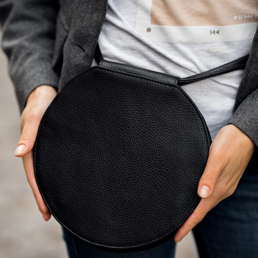 Фото: сумка таблетка чорна зі шкіри