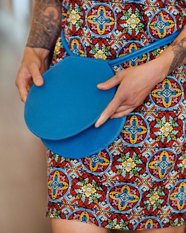 Фото: модна кругла синя сумка шкіряна