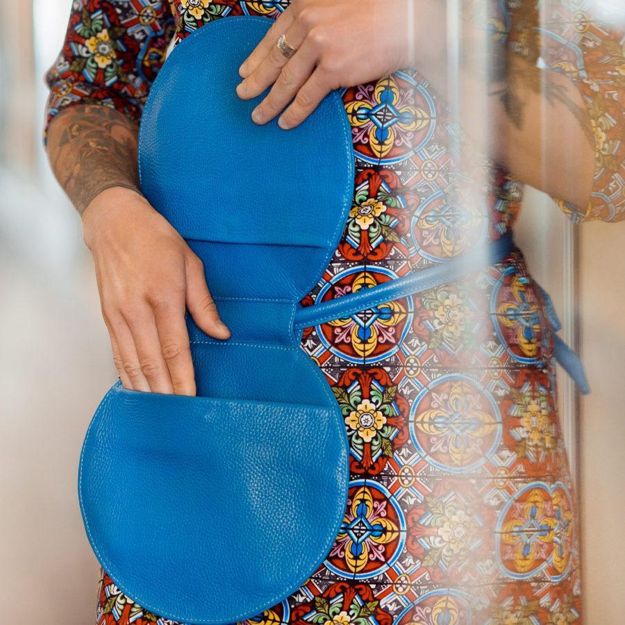 Фото: сумка таблетка синя зі шкіри