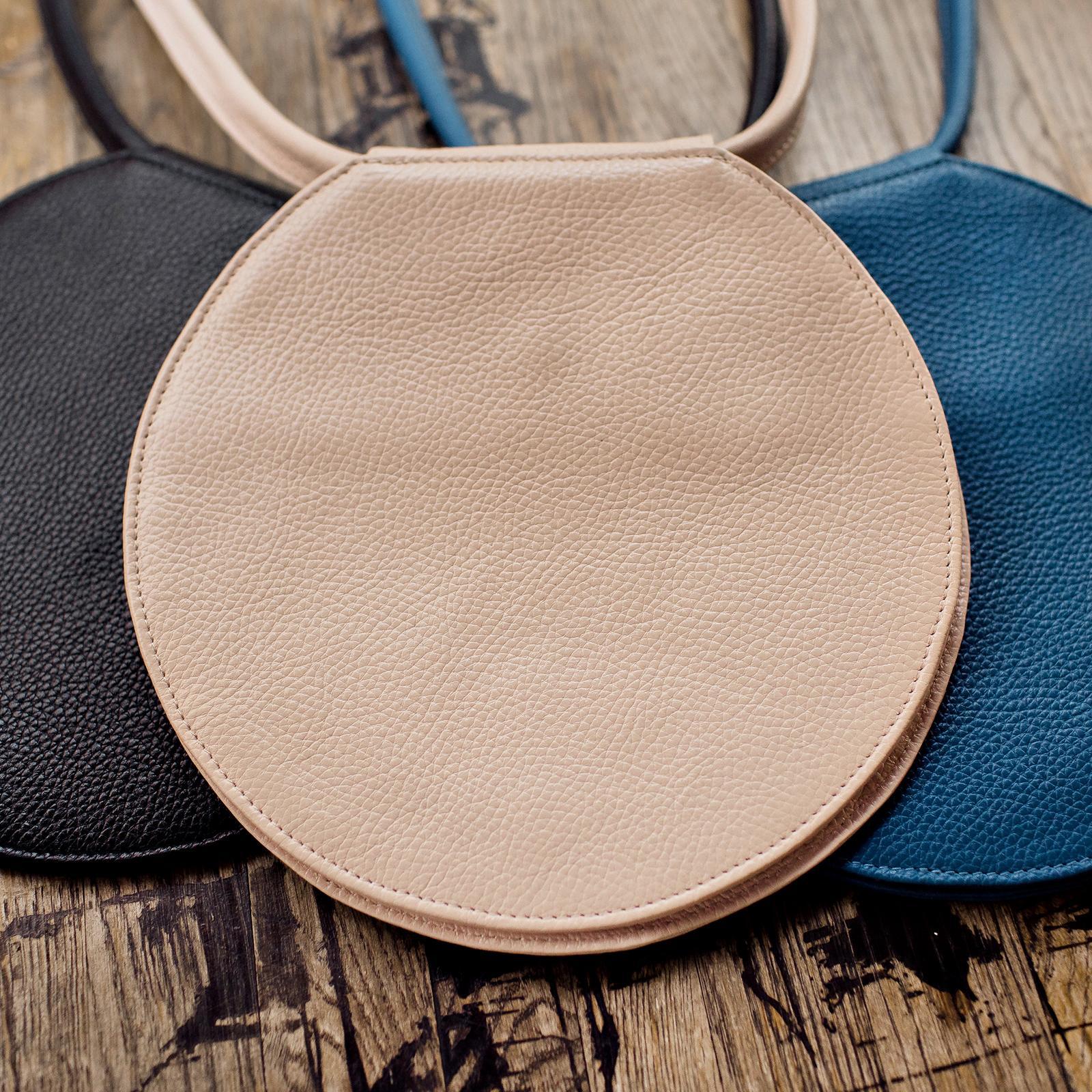 Фото: кругла поясна сумка синя