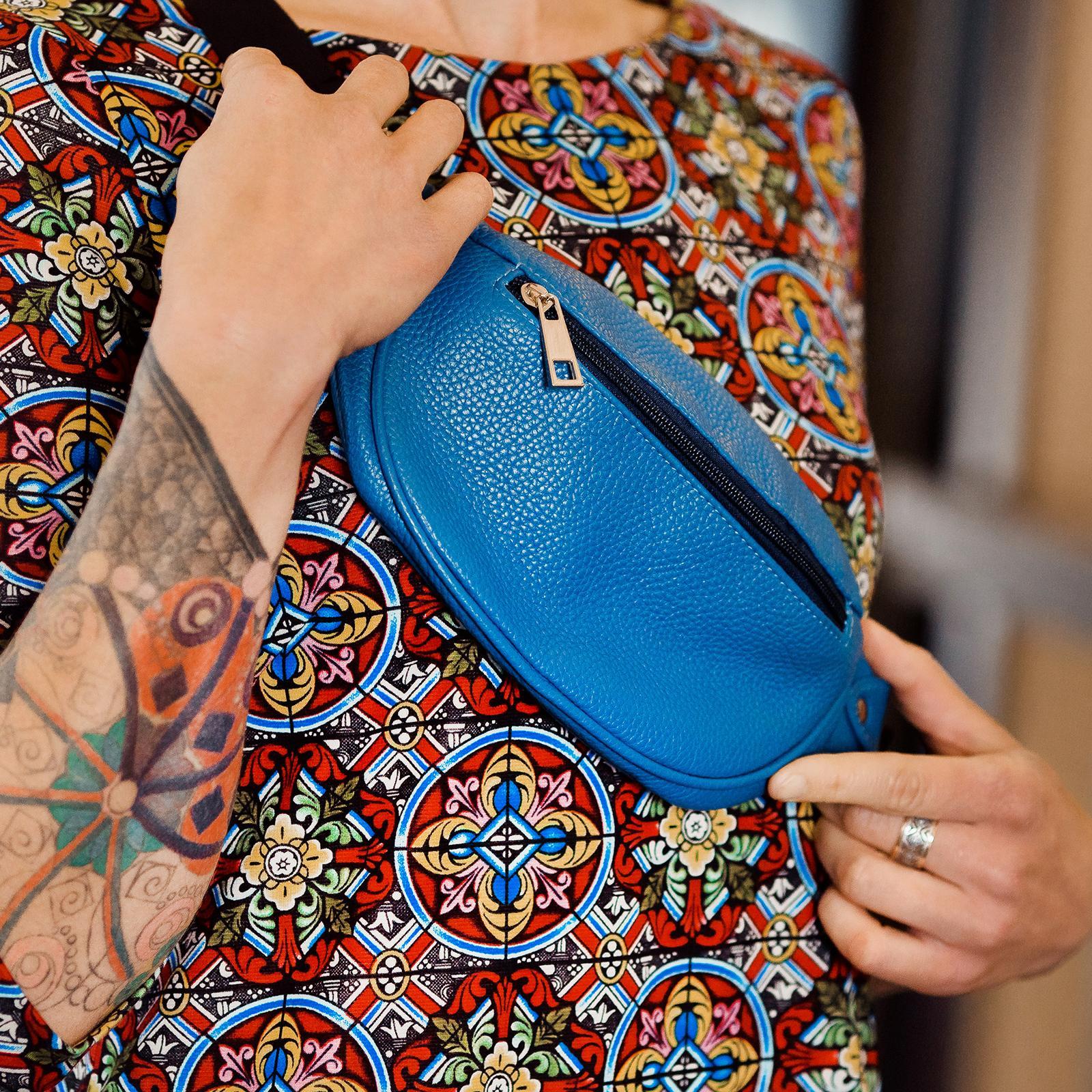 Фото: сумка поясна з натуральної шкіри синя